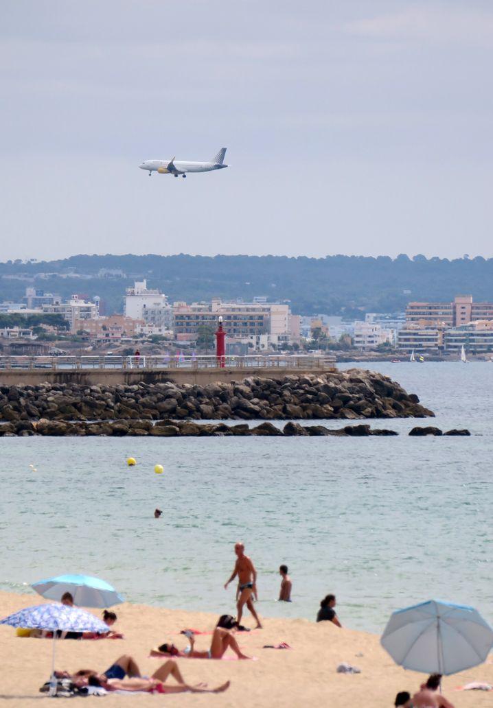 Flugzeug im Landeanflug auf Mallorca - Flugreisen stehen wegen der klimaschädlichen Effekte mitterweile häufiger in der Kritik.