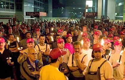 Verschränkte Arme: Etwa 1500 Mitarbeiter der Nachtschicht des DaimlerChrysler-Werkes Sindelfingen protestieren am Dienstag vor den Werkstoren.