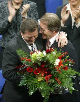 Der alte und neue Kanzler: Parallel zur Präsentation des Gutachtens wurde Gerhard Schröder wiedergewählt