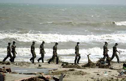 Indische Soldaten am Strand von Nagapattinam