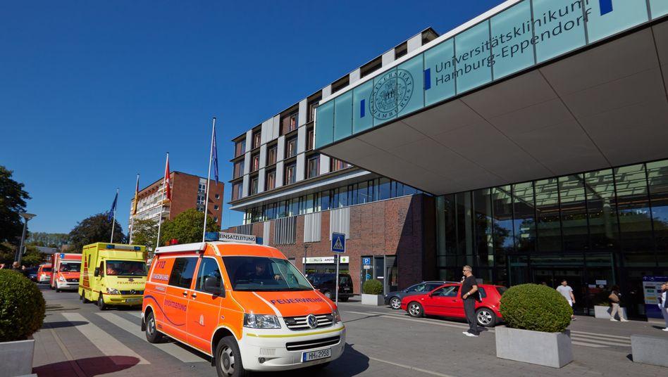 Konvoi ins Klinikum: Ein Spezialkrankenwagen (in gelb) hat den an Ebola infizierten Senegalesen am Mittwoch vom Hamburger Flughafen ins Universitätsklinikum Eppendorf gebracht