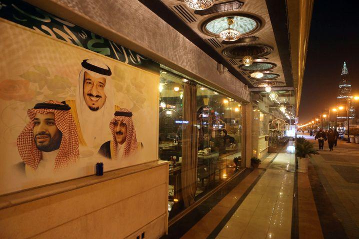 Porträt von König Salman mit Erstem Kronprinz Mohammed bin Naif (rechts) und Zweitem Kronprinz Mohammed bin Salman in Riad