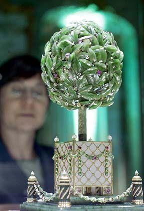 Orangenbaum-Ei (1911): Zar Nikolaus II. schenkte dieses Ei am 12. April 1911 seiner Mutter, der Zarenwitwe Maria Feodorovna. Obwohl es schon 1935 als Lorbeerbaum-Ei bekannt war, wird es seit 1947 als Orangenbaum-Ei bezeichnet. Beim Drehen öffnet sich die Spitze des Eis, und ein Singvogel kommt zum Vorschein