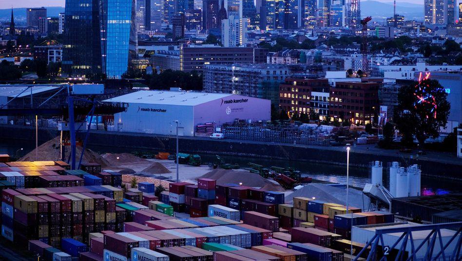 Skyline von Frankfurt am Main: Morgendämmerung in deutschen Chefetagen