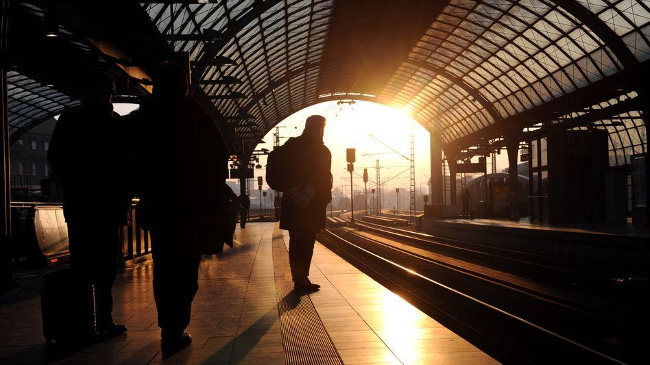 Kein Anschluss: Reisende an Bahnhöfen warten am Donnerstagmorgen oft vergeblich auf ihren Zug