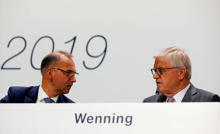 Bayer: Die Hauptversammlung des Pharma- und Agrarchemiekonzerns heute in Bonn dürfte turbulent werden. Bayer-Chef Werner Baumann (links) sowie Aufsichtsratschef Werner Wenning (rechts) stehen unter Druck