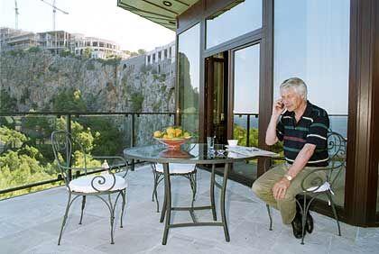 Mallorquinischer Albtraum: Selbst auf der eigenen Terrasse wird Computer-Unternehmer Klaus Plönzke an sein missratenes Hotelprojekt (im Großbild links) erinnert