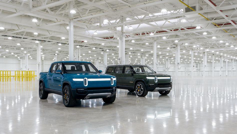 Mit diesen Elektroautos will Rivian Tesla angreifen: Rivian Truck R1T (l.) und der RIvian SUV R1S