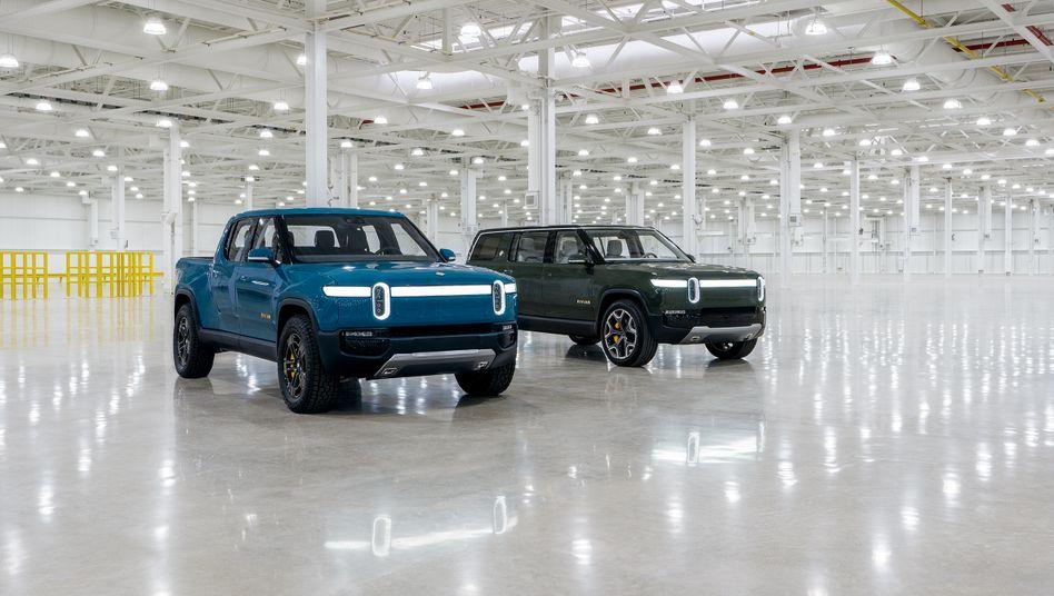 Fertig zum Angriff: Mit diesen Elektroautos, dem Truck R1T (l.) und dem SUV R1S, will Rivian den Platzhirschen Tesla angreifen