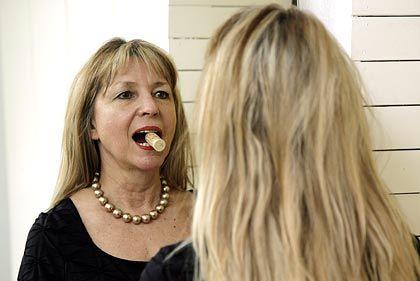 Wie die alten Römer: Stimmtrainerin Petra Ziegler macht Sprachübungen mit einem Korken im Mund
