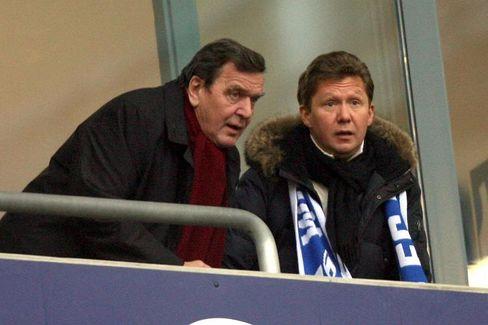 Interessenkonflikt: Schröder besorgte Gazprom-Millionen für Schalke 04, obwohl er Ehrenmitglied beim Erzrivalen Borussia Dortmund ist
