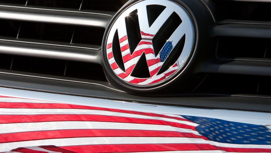 VW-Logo vor US-Fahne: Volkswagen soll in den USA seine Modelle künftig schneller als bisher überarbeiten