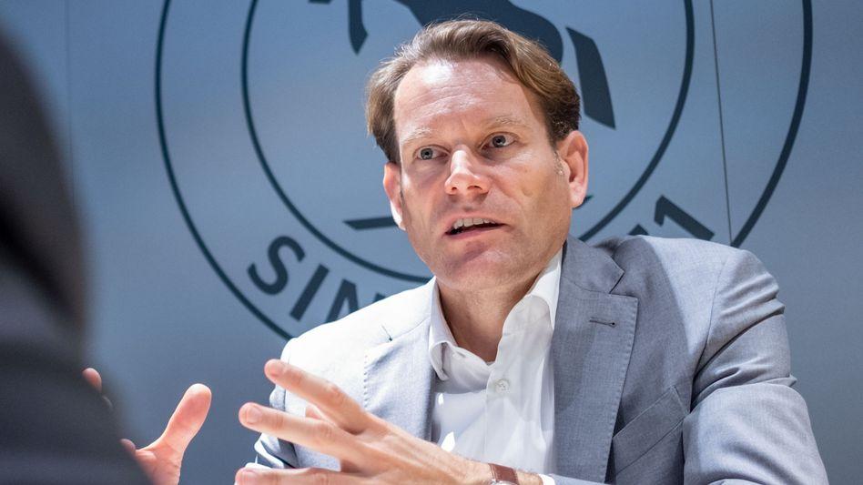 Hohe Abfindungen und umfangreiche Qualifizierungsmaßnahmen: Conti-Chef Nikolai Setzer hat sich mit den Arbeitnehmern auf einen Sozialplan für Aachen geeinigt