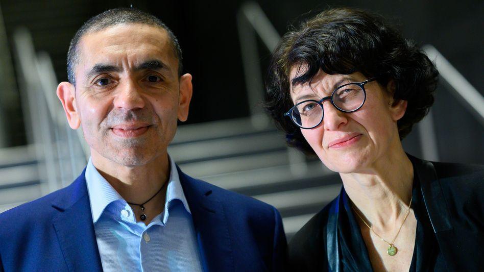 Corona-Bekämpfer: Der Impfstoff von Biontech und Pfizer (im Bild Biontech-Chef Uğur Şahin und Forschungschefin Özlem Türeci) wurde Ende 2020 weltweit als erstes Vakzin zugelassen. Nach einem Milliardengewinn im zweiten Quartal springt die Aktie auf Rekordhoch