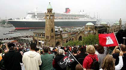 """""""QM 2"""" vor den St. Pauli-Landungsbrücken: Hamburg feiert seinen königlichen Gast"""