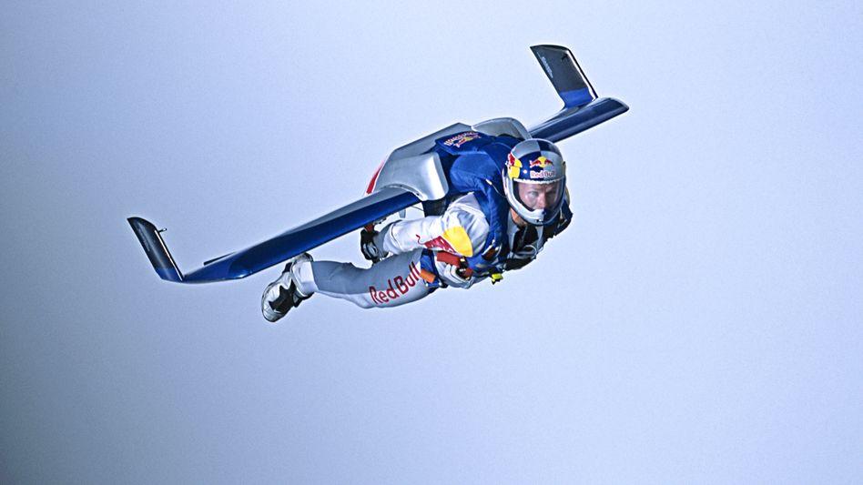 Nach ganz oben: Red Bull ist Sponsor des Skydivers und Weltraumspringers Felix Baumgärtner.