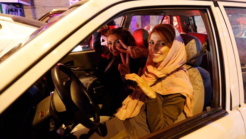 Der Iran verändert sich: Die Sanktionen sind aufgehoben, alte Geschäftsbeziehungen leben auf, neue entstehen. Die Öffnung seiner Märkte lässt sich die islamische Republik aber indirekt gut vergelten