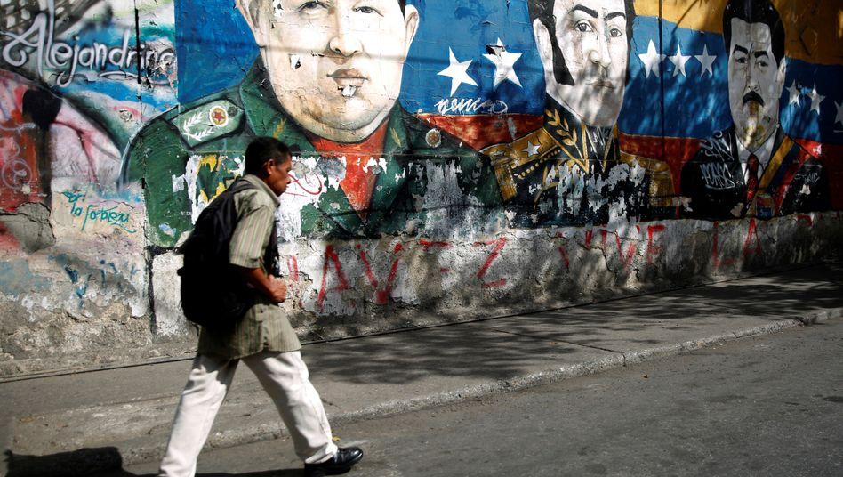 Passanten in Caracas: Frankreich, Deutschland und mehrere weitere EU-Staaten hatten dem venezolanischen Staatschef Nicolás Maduro bis zum vergangenen Sonntag Zeit gegeben, eine freie und faire Präsidentenwahl auszurufen