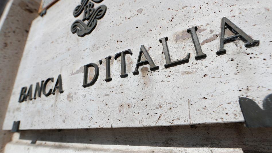 Nach dem Zweiten Weltkrieg steht die Banca d'Italia wie die Banque de France exemplarisch für die Abhängigkeit und Unterordnung einer nationalen Notenbank. Die Folgen dieses Konzepts der heute in den USA heißt diskutierten modernen Geldtheorie waren für die Währung und die Sparer fatal.
