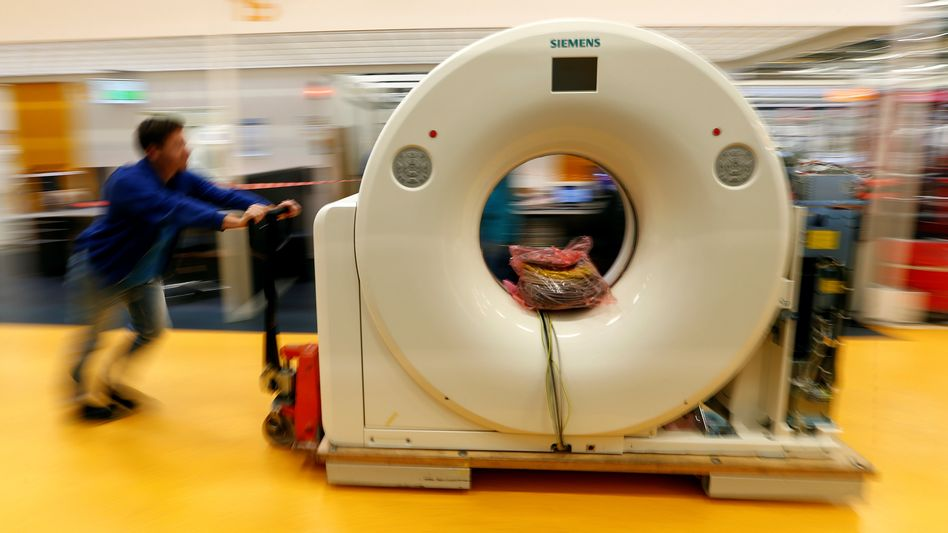 Alles in Bewegung: Ein Mitarbeiter transportiert einen Computertomografen vom Medizintechnikonzern Siemens Healthineers
