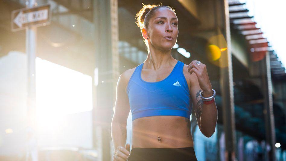 Frau in Adidas-Sportkleidung