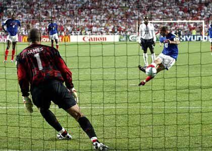 Die letzte Chance zum Sieg genutzt: Zidane täuscht beim entscheidenden Elfmeter einen Schuss nach rechts an, versenkt das Leder nach einer schnellen Drehung im letzten Moment aber halbhoch neben dem linken Innenpfosten