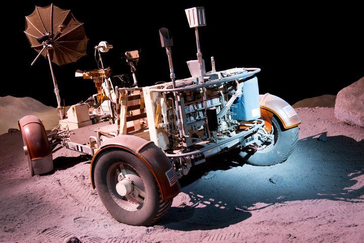 """Für kurze Erkundungsfahrten brachten einige Apollo-Missionen einen """"Lunar Rover"""" mit auf den Mond - wie das Fahrzeug aussah, können sich Besucher zum Beispiel im Space Center Houston anschauen."""