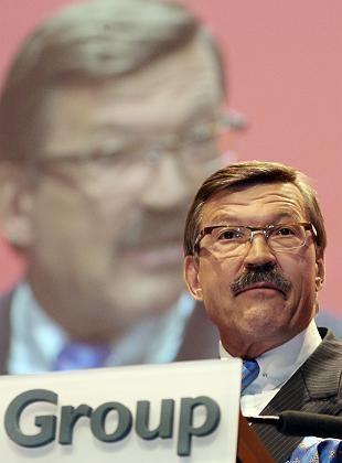 Auf die Stirn des Torwarts zielen: Der langjährige Metro-Chef Hans Joachim Körber betrieb Wasserball als Kampfsportart