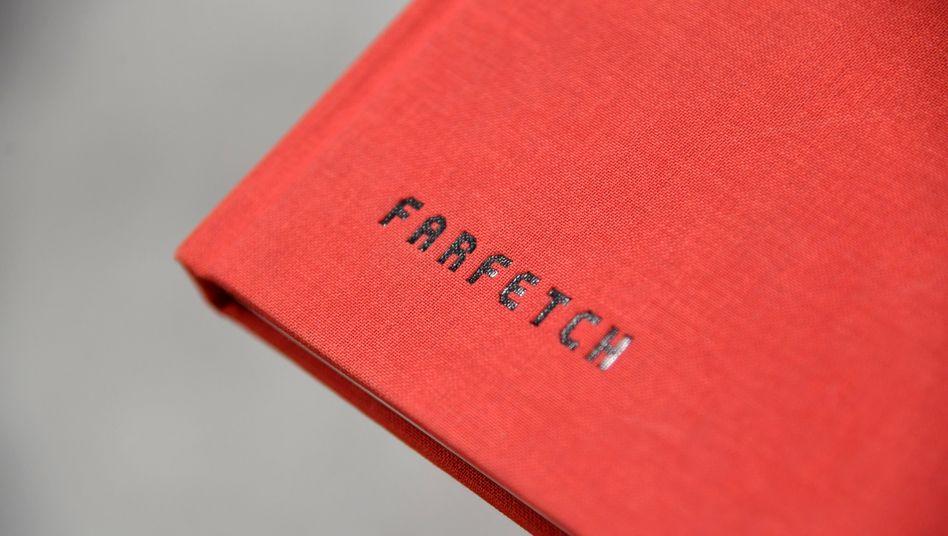 Farfetch-Logo auf einem Accessoire im Londoner Hauptquartier der Firma