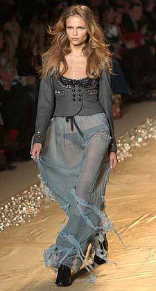 """""""Blumarine"""" setzt auf die Trendfarbe Anthrazit: Die Designer ließen sich vom höfischen Leben in Versailles inspirieren"""