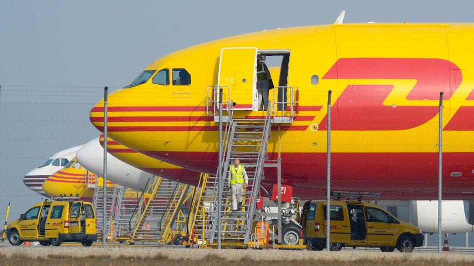 Maschine der Post-Tochter DHL auf dem Flughafen Leipzig/Halle