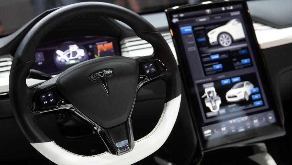 Probleme mit der Servolenkung: Tesla muss in den USA, Kanada und China mehr als 18.000 Model X des Baujahrs 2016 und früher zurückrufen. Aktuelle Rückrufe wegen des vermutlich gleichen Problems in anderen Regionen sind bislang nicht bekannt.