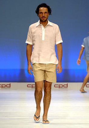 Für den Strand: Modell mit hellrosanem Hemd und beiger kurzer Hose