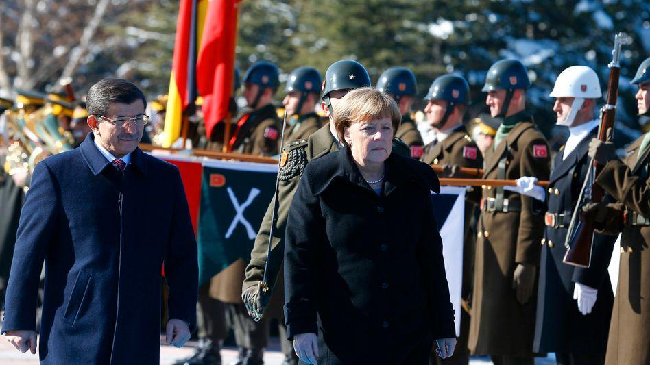 Merkel und Davutoglu: Mit militärischen Ehren in Ankara empfangen