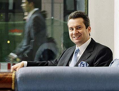 Der Analytiker Anlagestil: Akribie und Sorgfalt machten Frank Naab zur Nummer eins unter den Aktienspezialisten. Der oberste Anlagestratege des Bankhauses Metzler seziert Bilanzen, analysiert die Wettbewerbsposition und testet die Produkte seiner Favoriten, um unterbewertete Aktien mit hohem Potenzial zu finden. Hat ein Papier seinen fairen Wert erreicht, wirft Naab es konsequent aus dem Depot. Favorisierte Aktien: BASF (ISIN: DE0005151005); DaimlerChrysler (DE0007100000); Hess Corporation (US42809H1077); BHP Billiton (AU000000BHP4); Schneider Electric (FR0000121972).
