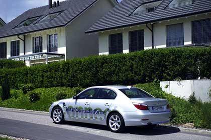 """Zukunfts-Auto vor Zukunfts-Haus: Der BMW der Familie Steiner vor dem """"Futurelife""""-Domizil im schweizerischen Zug"""