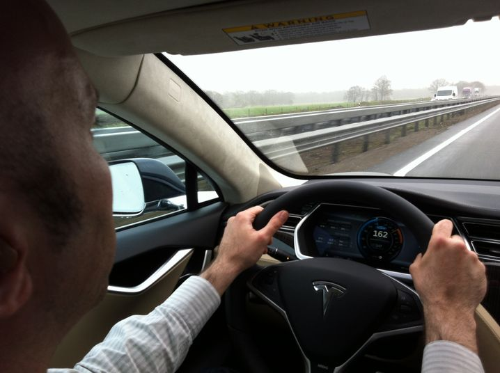 Autobahnfahrt: Im Tesla Model S mit 162 km/h