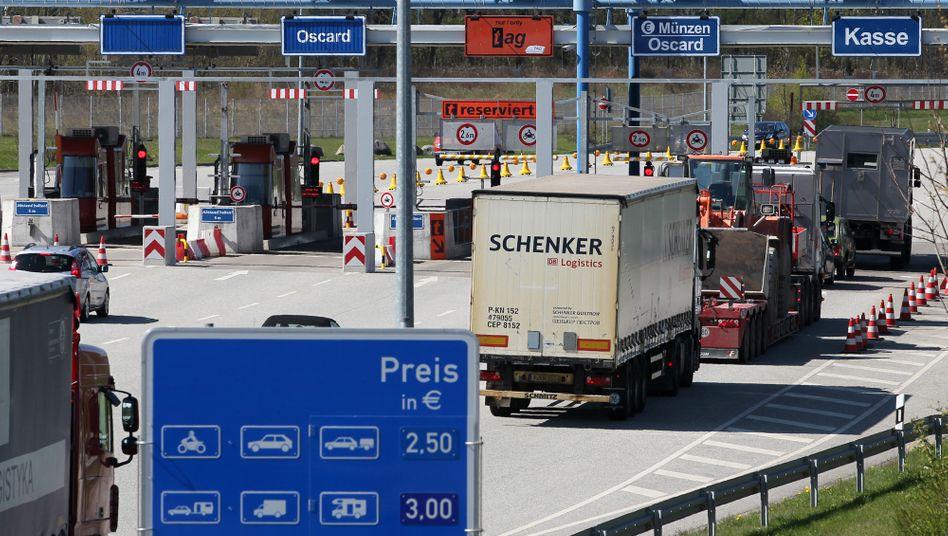 Die Mautstelle vor dem Warnowtunnel in Rostock: Bislang müssen nur Lkw zahlen - doch die CSU strebt auch eine Pkw-Maut an