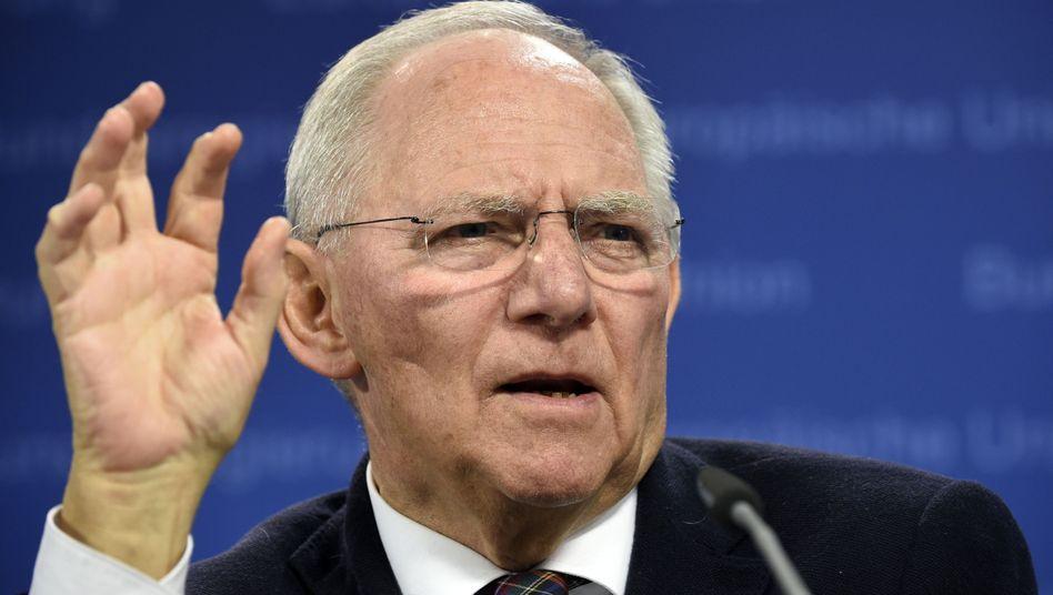 Bundesfinanzminister Schäuble: Der Fiskus kassierte über Jahre zu Unrecht 19 Prozent Mehrwertsteuer von externen Fondsberatern. Diese fordern manche Gesellschaften bereits zurück. Die Erstattung fließt zurück in die Fonds und kommt damit den Anlegern zugute