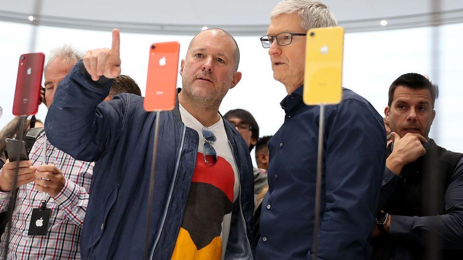 Good old days: Apples Chefdesigner Jony Ive (l.) mit Vorstandschef Tim Cook bei der Präsentation des iPhone XR am 12. September 2018 am Konzernsitz in Cupertino.