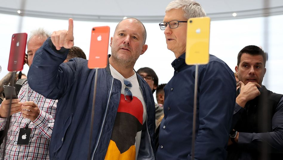 Good old days: Apples Chefdesigner Jony Ive (l.) mit Vorstandschef Tim Cook bei der Präsentation des iPhone XR am 12. September 2018 am Konzernsitz in Cupertino.