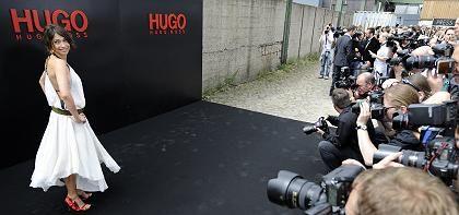 Objektivierung: Die Schauspielerin Jana Pallaske posiert vor Beginn einer Modenschau für die Fotografen