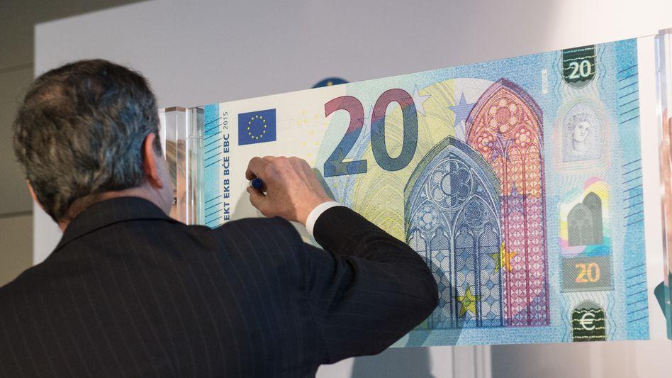 Mario Draghi, 20-Euro-Note: Draghi beglückt Aktionäre - und enteignet die Sparer