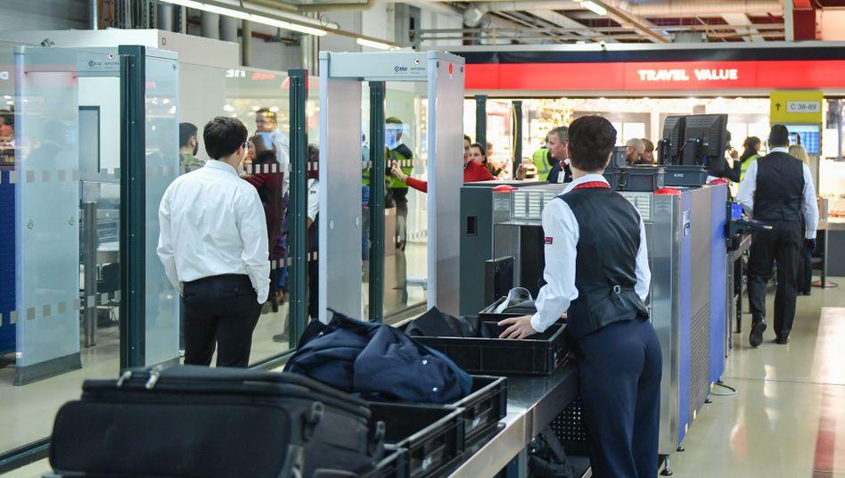 Sicherheitspersonal am Flughafen Berlin-Tegel: Die Beschäftigten bekommen in den nächsten drei Jahren bis zu 10 Prozent mehr Geld