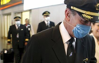 Piloten in Madrid: Ihr Flug führte sie von Mexiko nach Spanien. In Spanien wurde nach Angaben des Gesundheitsministeriums am Montag eine Erkrankung mit dem gefährlichen Virus nachgewiesen.
