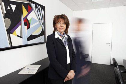 Sie will auf jeden Fall bleiben: Möbelfabrikantin Petra Ledendecker (53) möchte nicht auswandern, sondern streitet als Chefin des Unternehmerinnen-Verbands gegen die geplante Erbschaftsteuerreform. Neue Arbeitsplätze schafft sie bei ihren Zulieferern - im Ausland