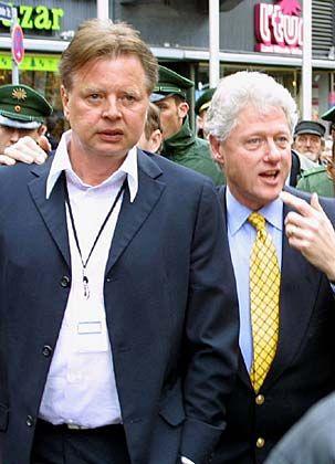 """Rätselhafte Buddy-Verbindung: Kögel (l.) lief US-Alt-Präsident Bill Clinton für den """"Deutschen Medienpreis"""" lange hinterher"""