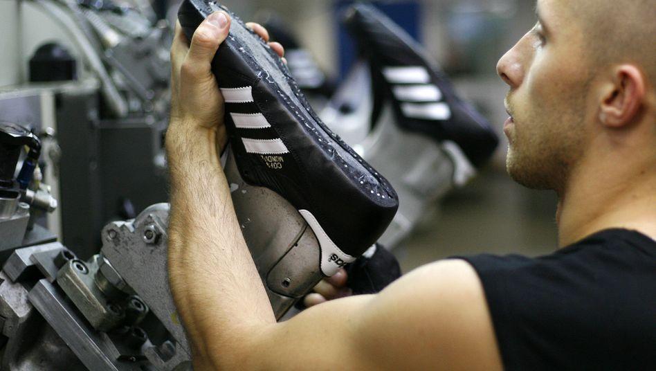 Adidas-Produktion in Scheinfeld, Mittelfranken: Produktionsroboter sollen Kundenwünsche in Adidas-Läden erfüllen
