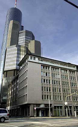 Bankhaus Metzler: Von oben herab verneigen sich anerkennend die Frankfurter Wolkenkratzer