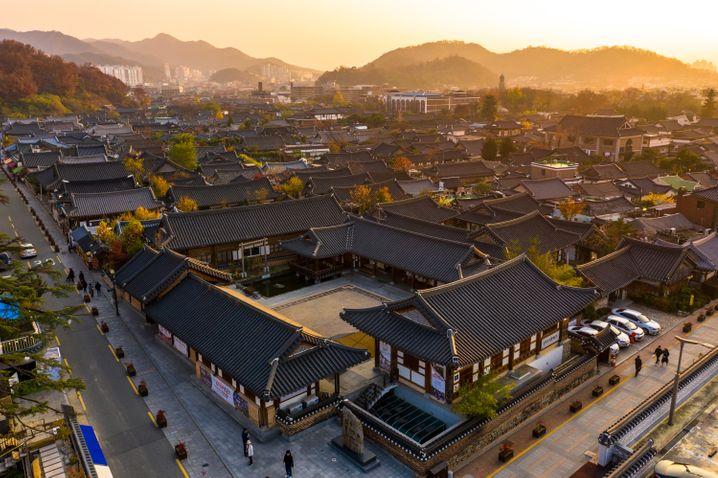 Flache Gebäude, dunkle Dächer: Das Zentrum von Jeonju ist Südkoreas größtes zusammenhängendes Gebiet von Häusern im tradionellen Hanok-Baustil.